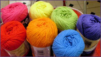 balls of yarn arranged in rainbow order